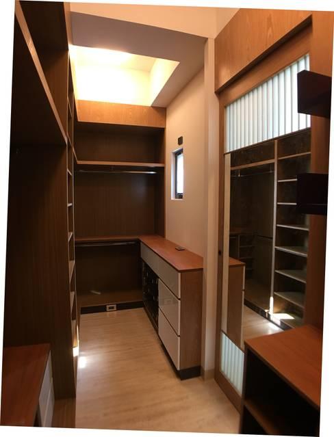 3F更衣室-拉門後的穿衣鏡:  更衣室 by houseda