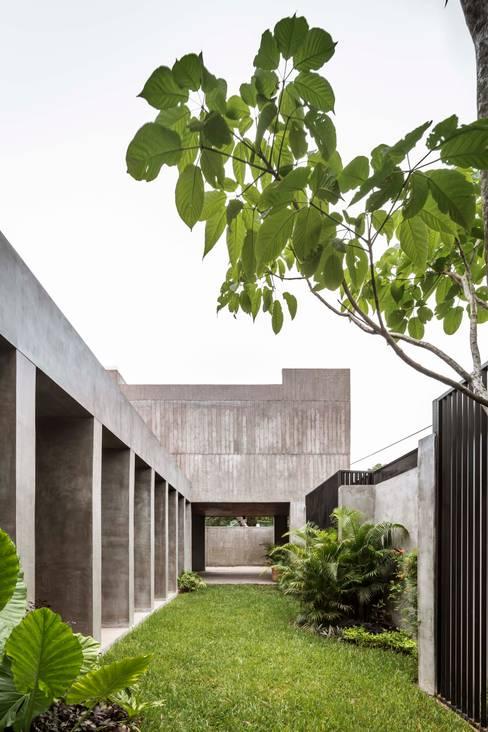 Front yard by Apaloosa Estudio de Arquitectura y Diseño