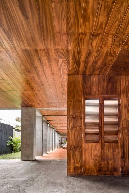 Corridor, hallway by Apaloosa Estudio de Arquitectura y Diseño