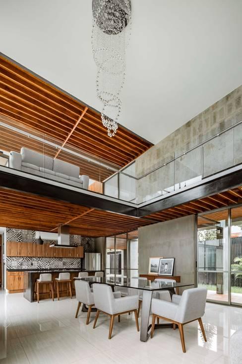 Built-in kitchens by Apaloosa Estudio de Arquitectura y Diseño