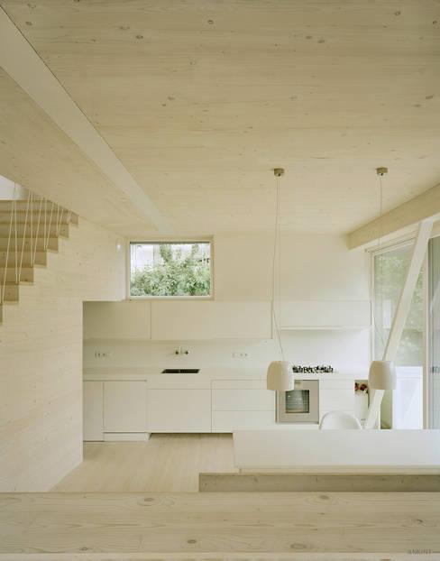 Hauptlebensraum der Familie: Großzügige, helle Wohnküche mit großem Wohnbalkon:  Küchenzeile von AMUNT Architekten in Stuttgart und Aachen