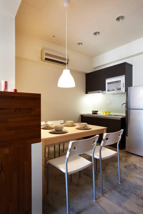 小空間卻實用機能的單身住所:  餐廳 by 弘悅國際室內裝修有限公司