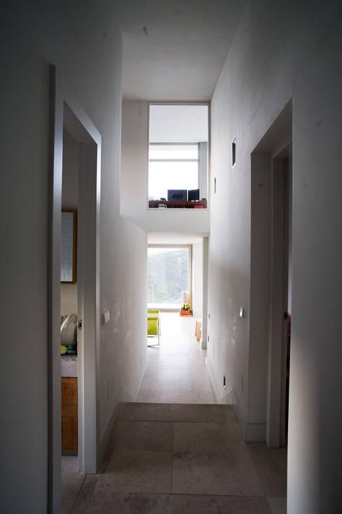 Casas con alma, arquitectura en Madrid: Pasillos y vestíbulos de estilo  de Otto Medem Arquitecto vanguardista en Madrid
