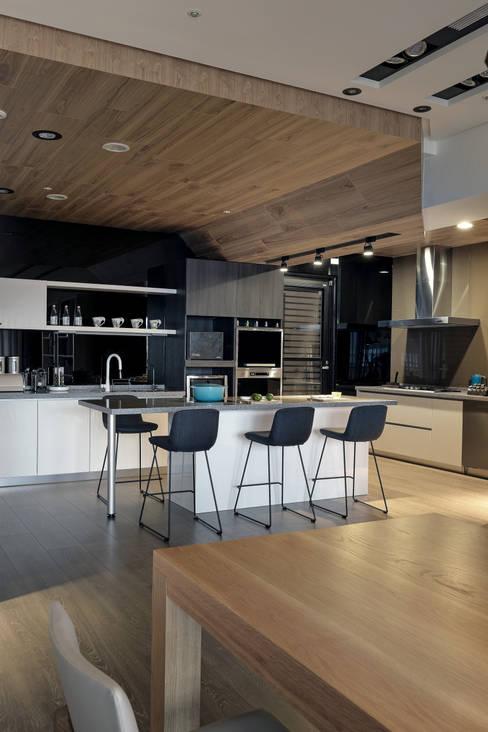 由鉅三希 5F:  廚房 by 台中室內設計-築采設計