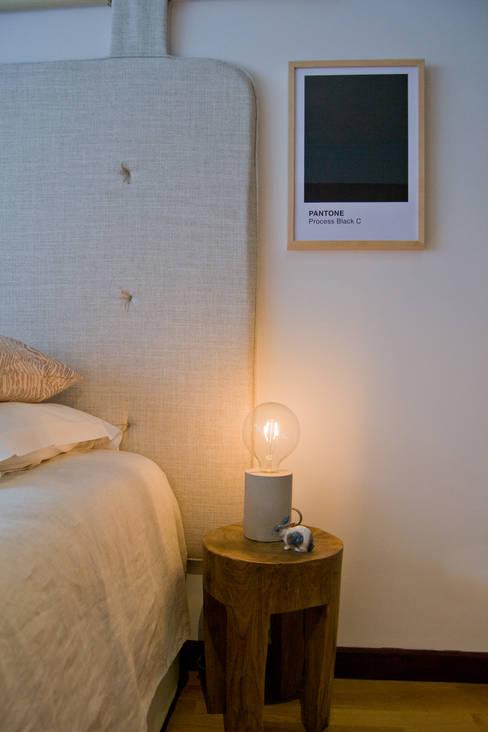 Cabeceira de cama em linho natural : Quarto  por Tangerinas e Pêssegos - Design de Interiores & Decoração no Porto