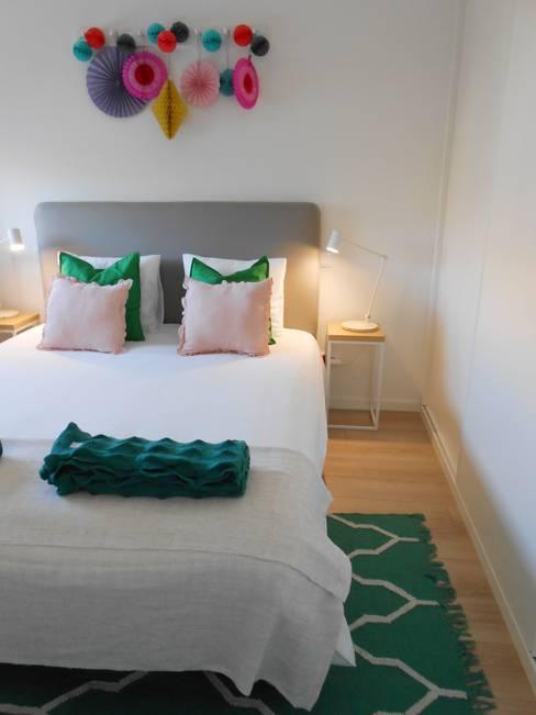 Quarto de casal em Airbnb no Porto: Quartos  por Tangerinas e Pêssegos - Design de Interiores & Decoração no Porto