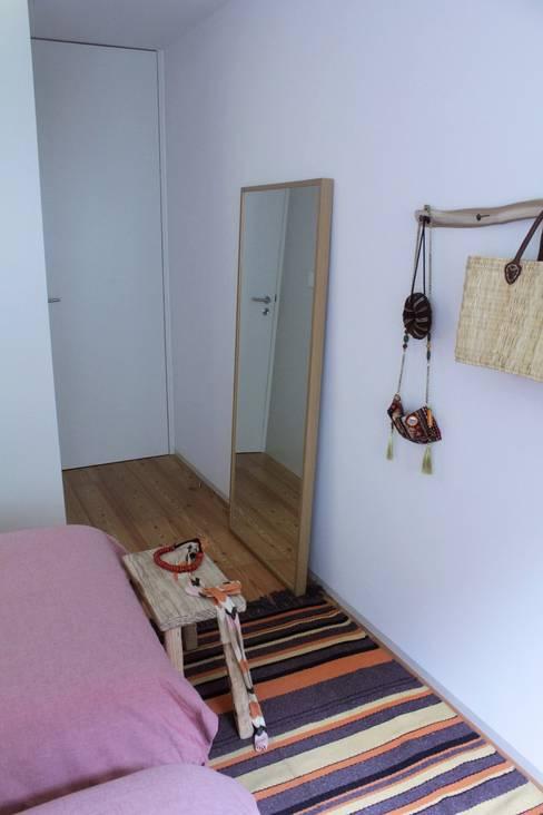 Quarto juvenil: Quarto  por Tangerinas e Pêssegos - Design de Interiores & Decoração no Porto
