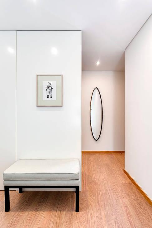 Suite Matosinhos Sul: Quarto  por Tangerinas e Pêssegos - Design de Interiores & Decoração no Porto