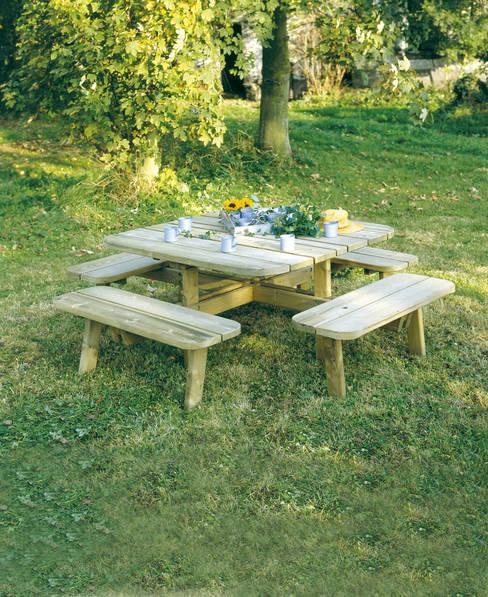 Tavolo da PICNIC QUADRATO in legno impregnato 228 x 228 cm sp.40: Giardino in stile  di ONLYWOOD