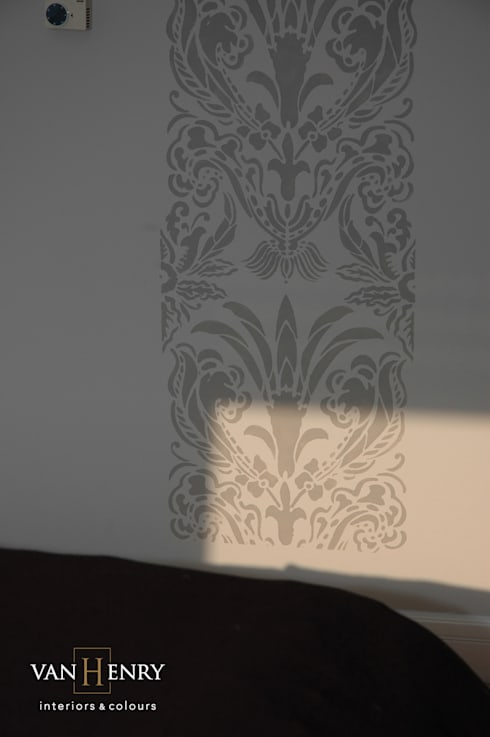 Dormitorios de estilo clásico de vanHenry interiors & colours