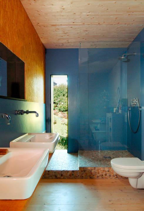 Haus K.:  Badezimmer von Architekturbüro Riek