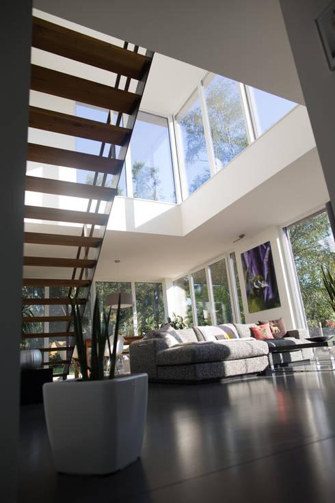 Innenbereich Wohnzimmer mit Galerie:  Wohnzimmer von Hellmers P2 | Architektur & Projekte