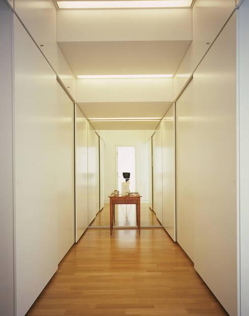 Spogliatoio in stile  di Architektur & Interior Design