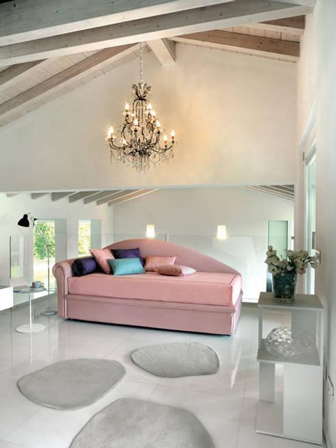 Dachschrägen einrichten:  Wohnzimmer von RAUMAX GmbH