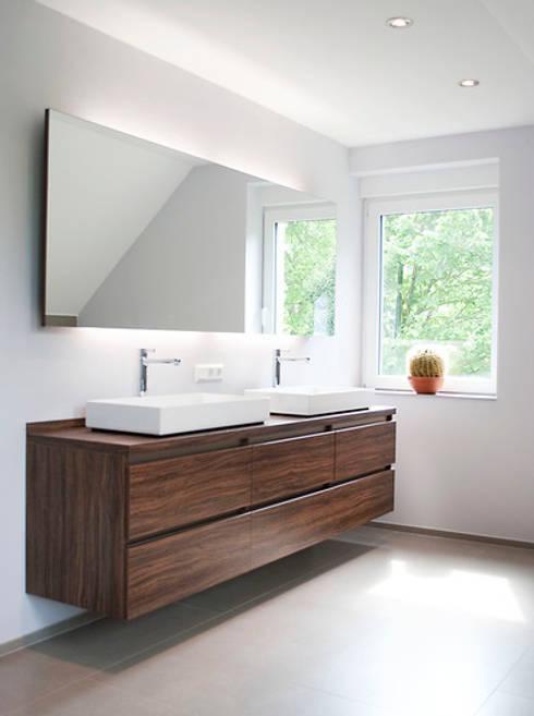 Badezimmer:  Badezimmer von Strotmann Innenausbau GmbH