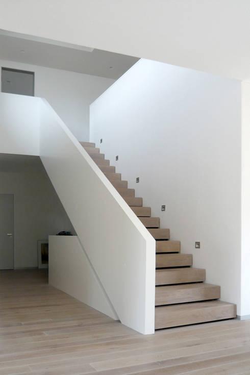 Haus M:  Flur & Diele von Sieckmann Walther Architekten