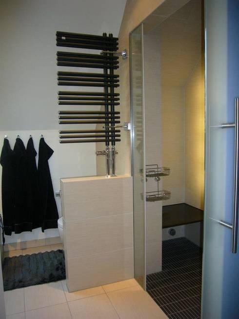 bad mit dachschr ge und dampfdusche von badkultur berlin homify. Black Bedroom Furniture Sets. Home Design Ideas