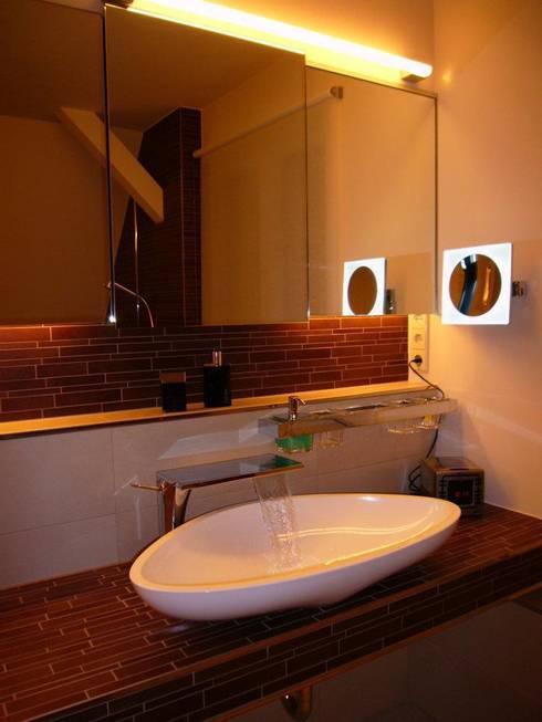 Weiche Formen unter spitzem Dach:  Badezimmer von Badkultur | Berlin