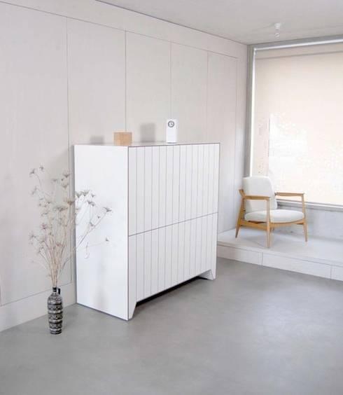 PLANK: moderne Wohnzimmer von Komat