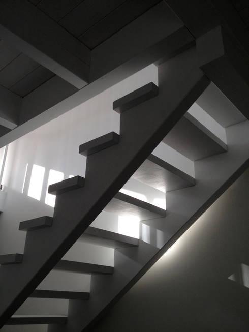 Haus B:  Flur & Diele von cordes architektur
