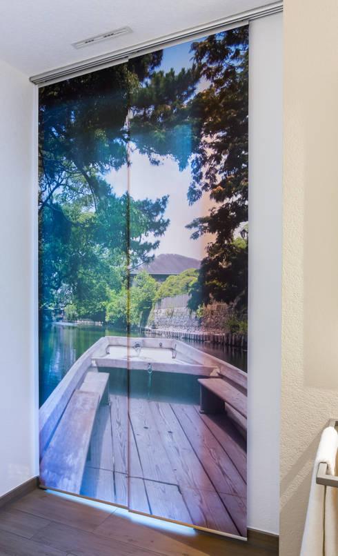 Fotovorhang für das Badezimmer: moderne Fenster & Tür von fotokasten GmbH