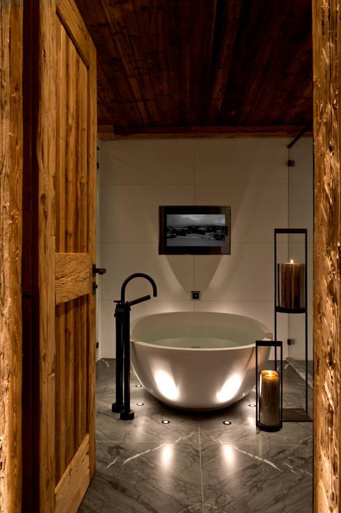 GABAG Silent Indoor Board, Hotel Alpina Gstaad, Switzerland: rustikale Badezimmer von GABAG Produktions und Vertriebs AG