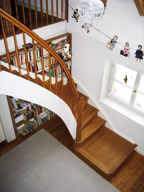 Treppe aus Massivholz, viertelgewendelt mit Antrittspodest: klassischer Flur, Diele & Treppenhaus von LIGNUM Möbelmanufaktur