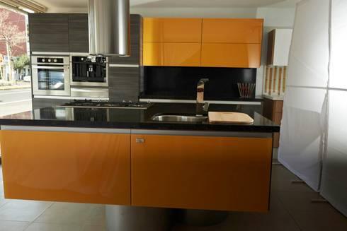 Cocina en PVC Gris Mare  con combinación de Cristal Amarillo: Cocina de estilo  por Aura Cocinas