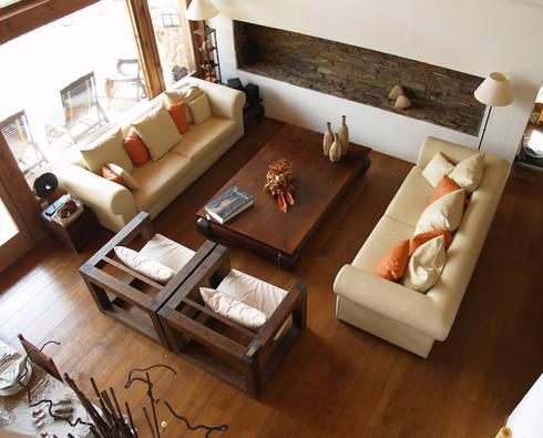 La casa del tejado hasta el suelo. Becerril de la Sierra, Madrid: Vestíbulos, pasillos y escaleras de estilo  de Manuel Monroy, arquitecto