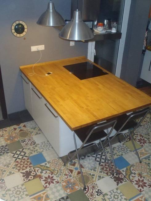 Cocina Moderna : Paredes y suelos de estilo rural de Crafted Tiles