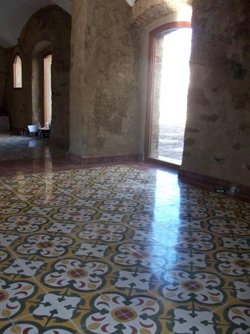 Baldosas Cásicas Dieño Marroquí: Paredes y suelos de estilo  de Crafted Tiles
