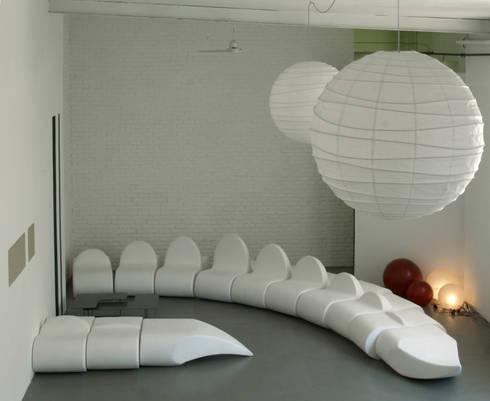 dino sofa: Soggiorno in stile in stile Moderno di Central Unit Design
