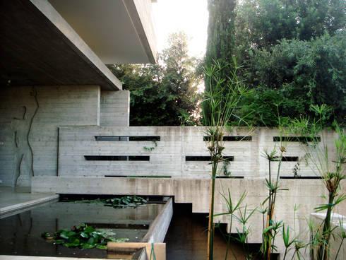 Casa Doppia: Giardino in stile in stile Moderno di iodicearchitetti