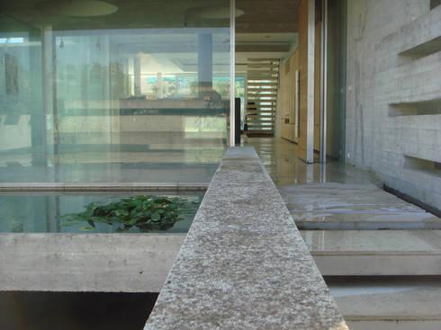 Casa Doppia: Ingresso, Corridoio & Scale in stile in stile Moderno di iodicearchitetti