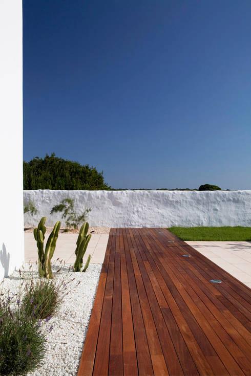 Vivienda en Menorca: Jardines de estilo mediterráneo de dom arquitectura
