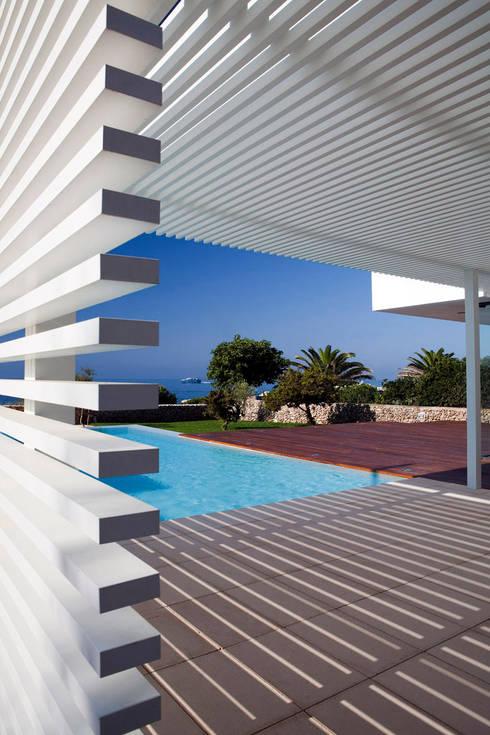 Vivienda en Menorca: Piscinas de estilo moderno de dom arquitectura
