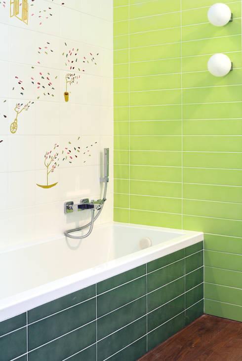 Baños de estilo industrial por CAFElab studio