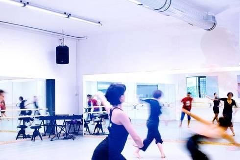 Balletto di Roma: Palestra in stile in stile Industriale di CAFElab studio