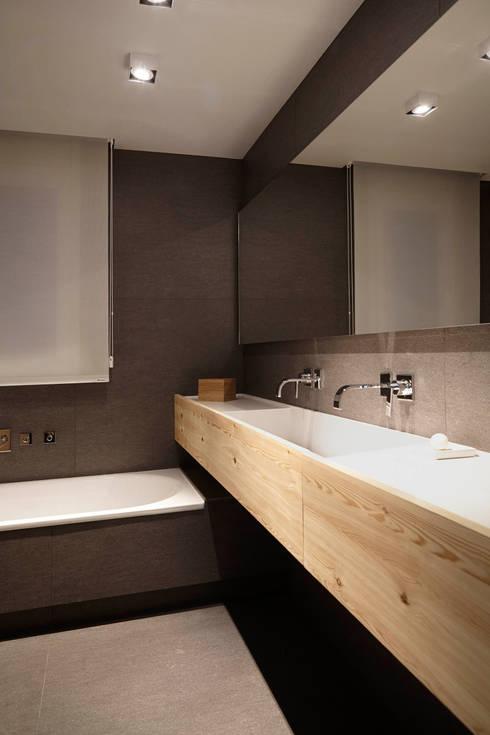 El continente y el contenido: Baños de estilo  de Coblonal Arquitectura