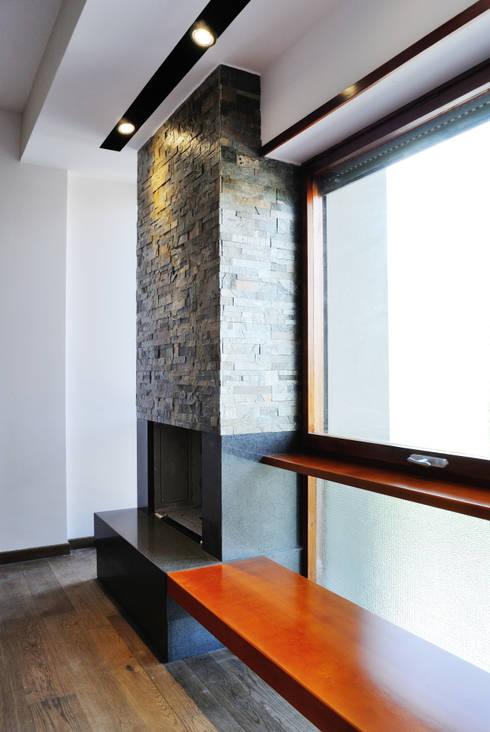 Casa Appia Antica: Soggiorno in stile in stile Industriale di CAFElab studio