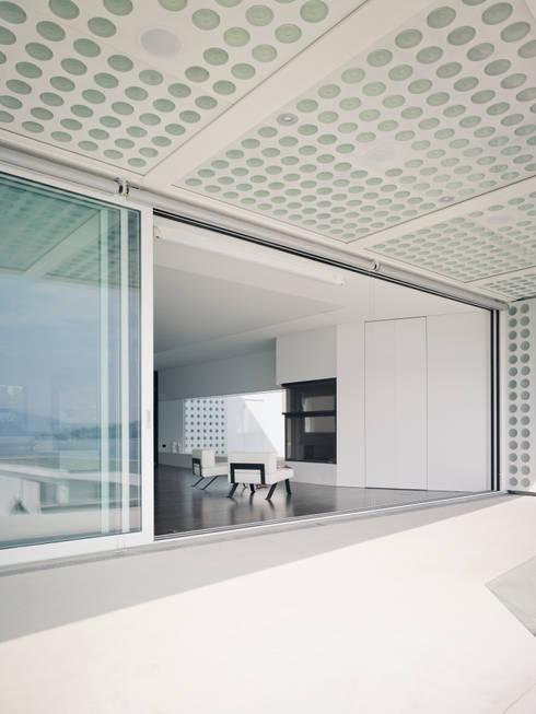 O HOUSE:  Wohnzimmer von PHILIPPE STUEBI ARCHITEKTEN ETH BSA SIA GMBH