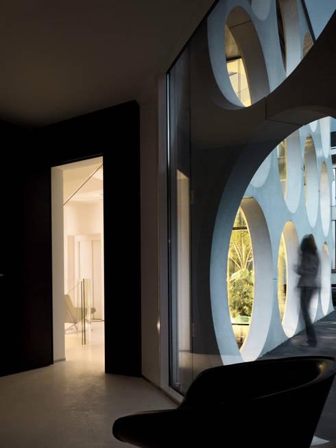 O HOUSE:  Flur & Diele von PHILIPPE STUEBI ARCHITEKTEN ETH BSA SIA GMBH