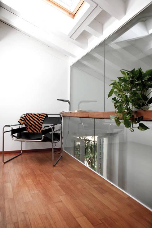 Projekty,  Korytarz, przedpokój zaprojektowane przez écru architetti