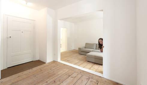 Umbau Mehrfamilienhaus München: Pasillos y vestíbulos de estilo  de Brut Deluxe Architecture + Design