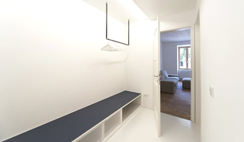 Umbau Mehrfamilienhaus München: Vestidores de estilo  de Brut Deluxe Architecture + Design