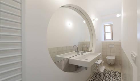 Umbau Mehrfamilienhaus München: Baños de estilo  de Brut Deluxe Architecture + Design