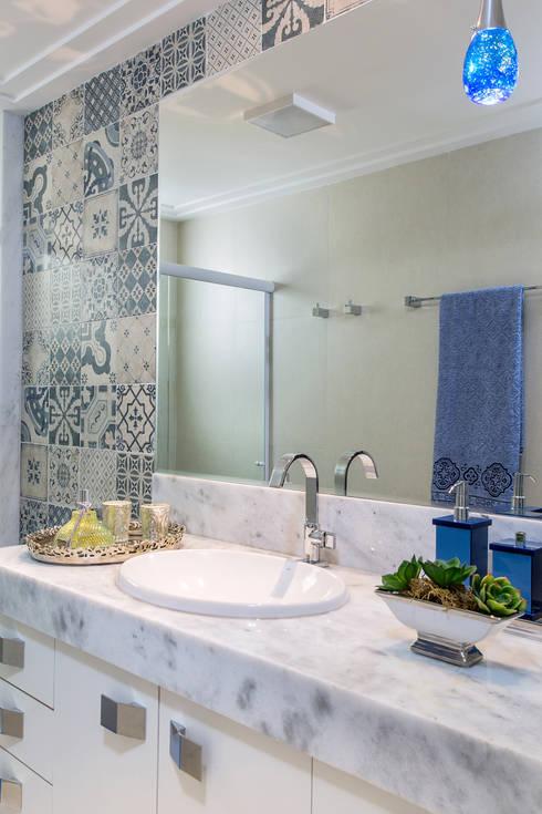 Banheiro social: Banheiros ecléticos por Milla Holtz Arquitetura