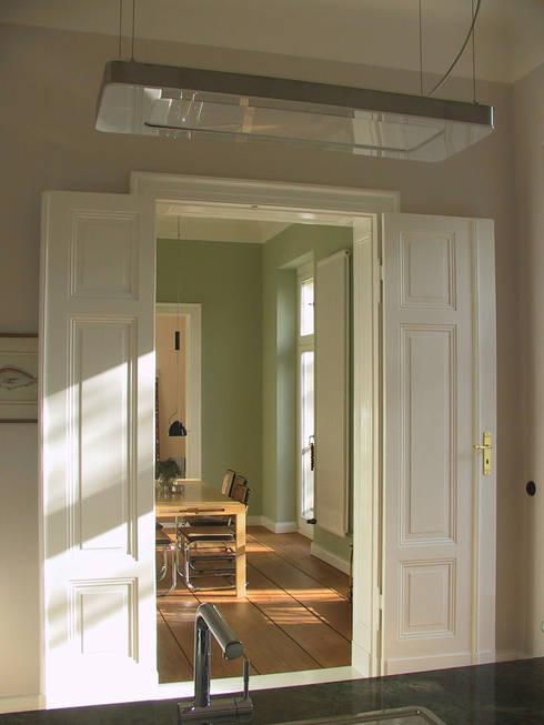 Blick aus der Küche - Doppeltüren und Böden wurden nach historischem Vorbild ergänzt: klassische Küche von CG VOGEL ARCHITEKTEN