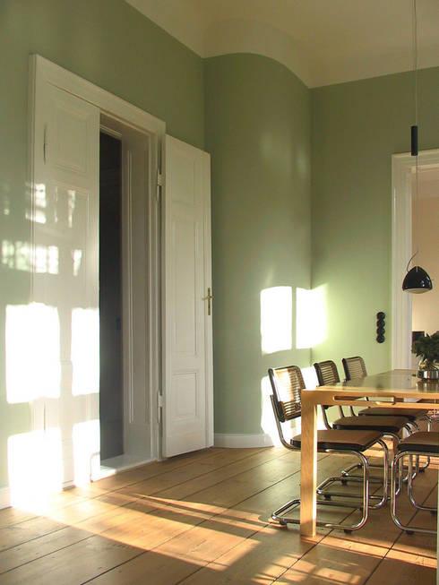Helle hohe Räume im Piano Nobile - Eichendielen, kassettierte Flügeltüren und kräftige Farben erzeugen hier die Atmosphäre.:  Esszimmer von CG VOGEL ARCHITEKTEN