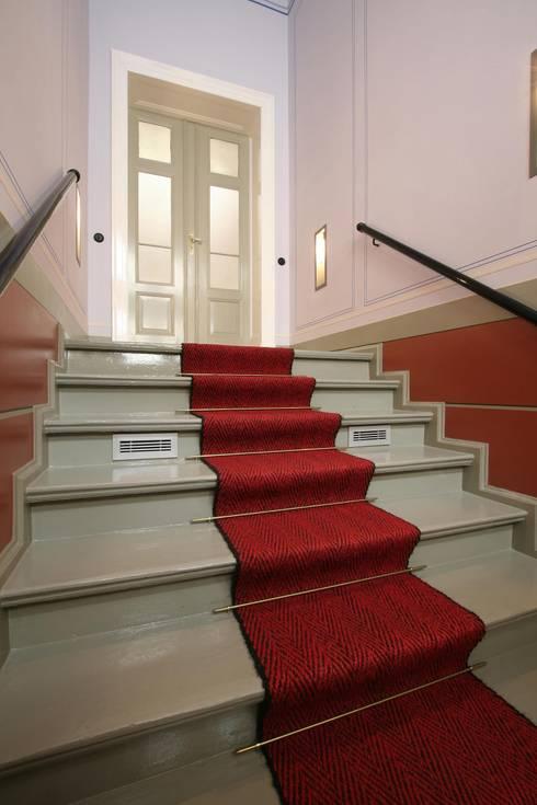 Im Treppenaufgang wurden historische Wandbemalungen wieder original hergestellt:  Flur & Diele von CG VOGEL ARCHITEKTEN